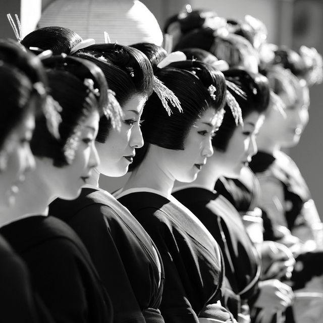 Geisha on line: photo by momoyama