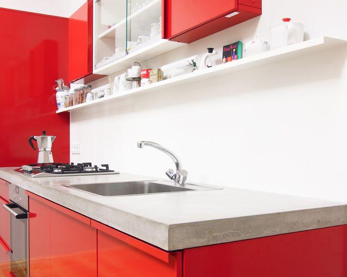 Adolescente en cocina en medias rojas