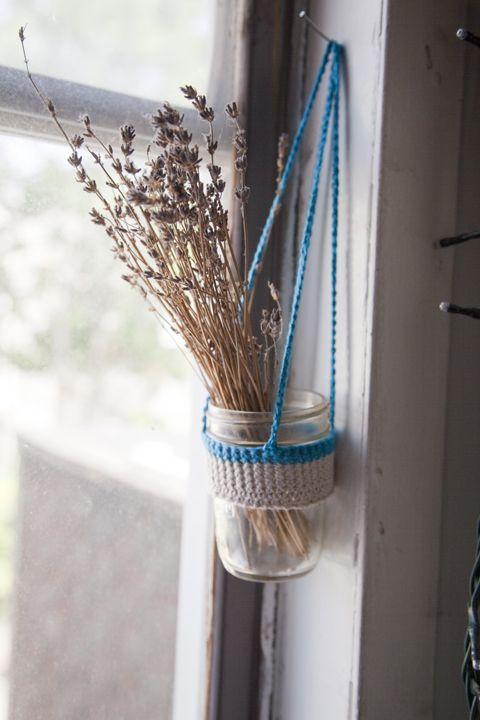 vaso di fiori appeso con una fascia realizzata all'uncinetto (marketplace.poppytalk.com via pinterest)