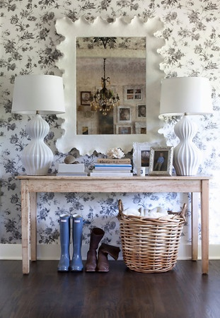 Hall de entrada. Destaque no papel de parede, espelho e abajur. Ideias: espaço para chaves (pote decorado talvez?), porta sombrinhas, bandeja para sapatos, ganchos para bolsa.