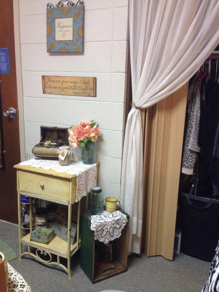 Cute vintage dorm room decor!  College Life  Pinterest ~ 020827_Vintage Dorm Room Ideas