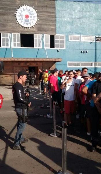 Fila para revista após fechamento de boate - 17-10-14, Vila Velha  Foto Gazetaonline