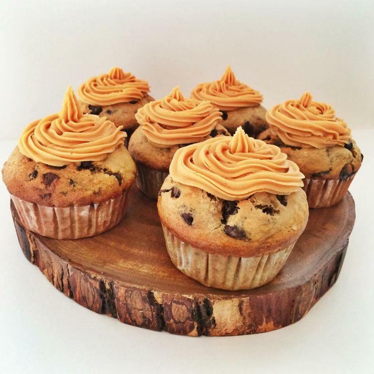 delicious chocolate chip banana muffins & peanut butter frosting! http ...