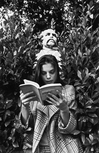The Pleasure of Reading to Impress Yourself - The New Yorker. Photograph by Ferdinando Scianna.