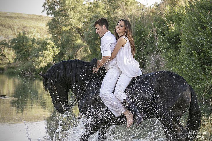 Los novios juegan encima de su caballo con las aguas del río Tajo.