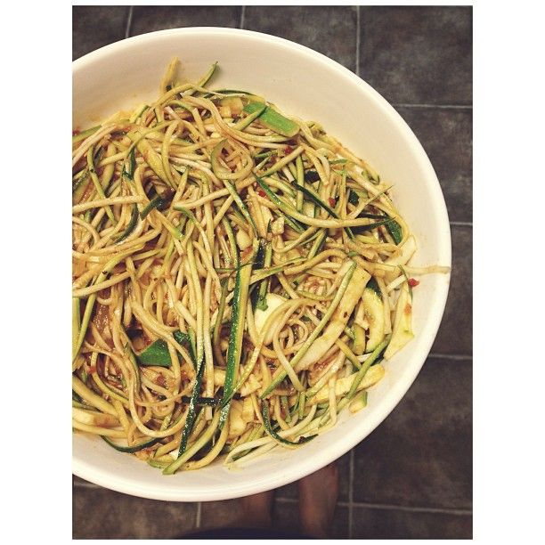 and quick dinner {zucchini 'pasta' with tomato, basil and garlic sauc...
