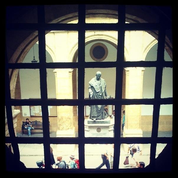 Maese Rodrigo, fundador de la Universidad de Sevilla, 'vigila' a los estudiantes