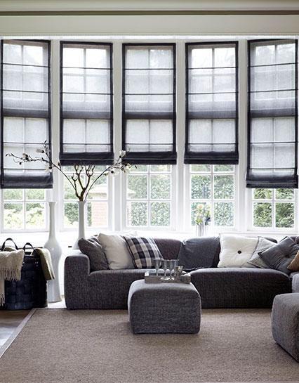 Woonkamer #vouwgordijnen van Bece in grijstinten. #Livingroom #grey