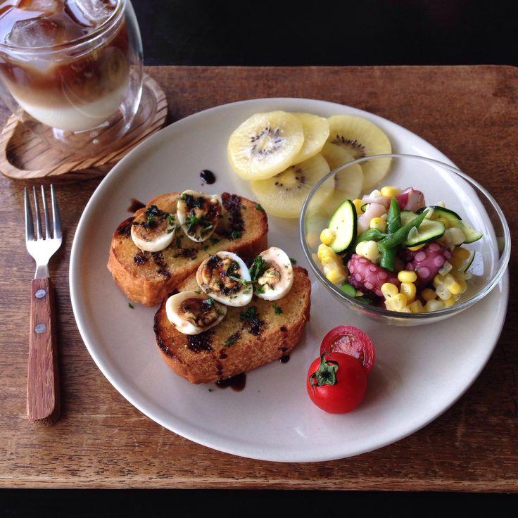 朝ごはん。breakfast quail egg toast with honey balsamic vinegar ...