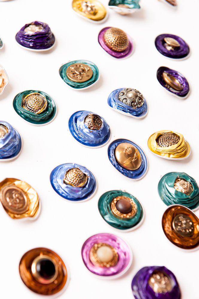 Nespresso-cups worden prachtige sieraden met behulp van een paar oude knopen  Foto Hella Martens