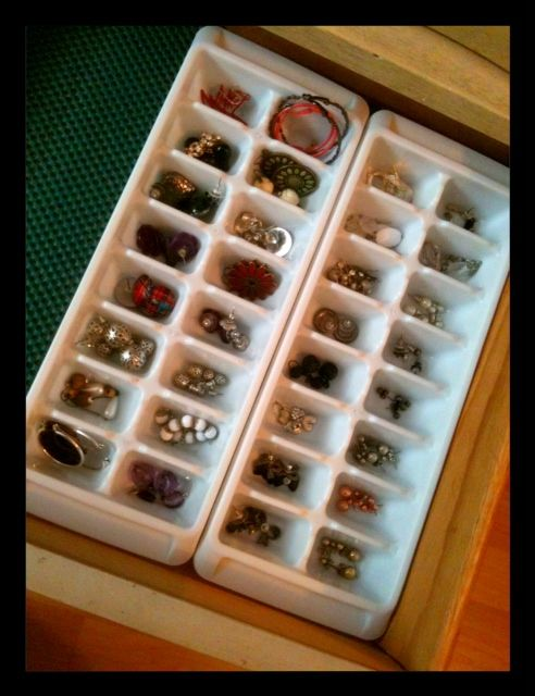 Using ice cube trays for jewelery, beads, brilliant! They come in different colors and can fit in most bathroom drawers which sometimes are more narrow than a traditional drawer.