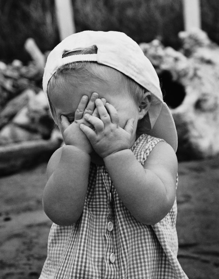 fotografia niño mano en la cara