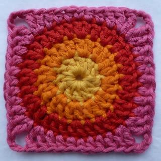 Basis vierkant voor....misschien een tas of kussen. Duidelijke tutorial voor de magic loop : http://www.haakwereld.nl/2013/04/leren-haken-magic-loop.html