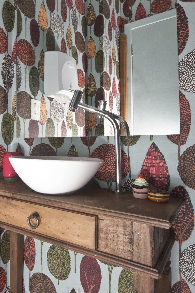 Para o lavabo a ideia era ter uma mesa antiga de apoio e uma cuba mais moderna, contrastando com um papel de parede ou um hidráulico no chão