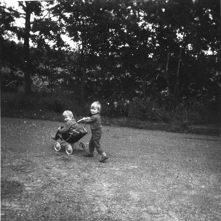 Janine swinkels, met haar zus in het poppenwagentje