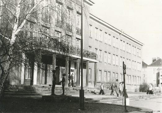 """DDR Museum - Museum: Objektdatenbank - """"9. Oberschule Herta Geffke""""    Copyright: DDR Museum, Berlin. Eine kommerzielle Nutzung des Bildes ist nicht erlaubt, but feel free to repin it!"""