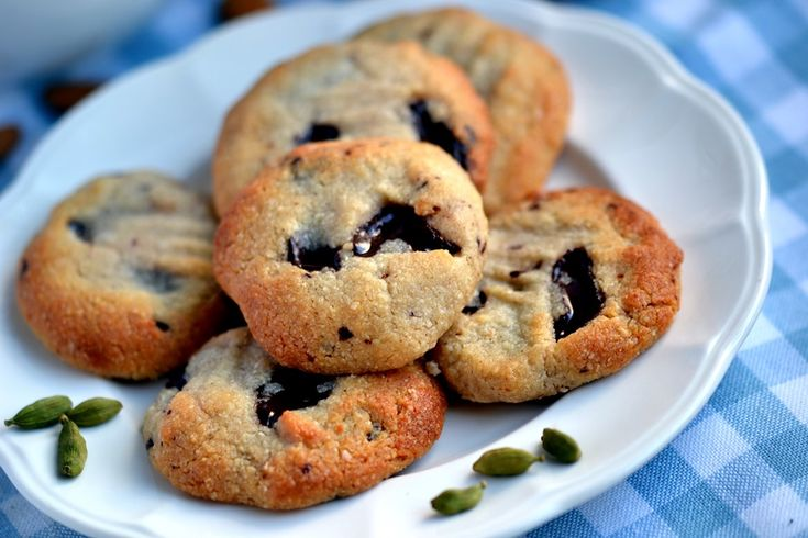 ... free} Almond, Cardamom & Chocolate Chunk Cookies - Coconut and Berries