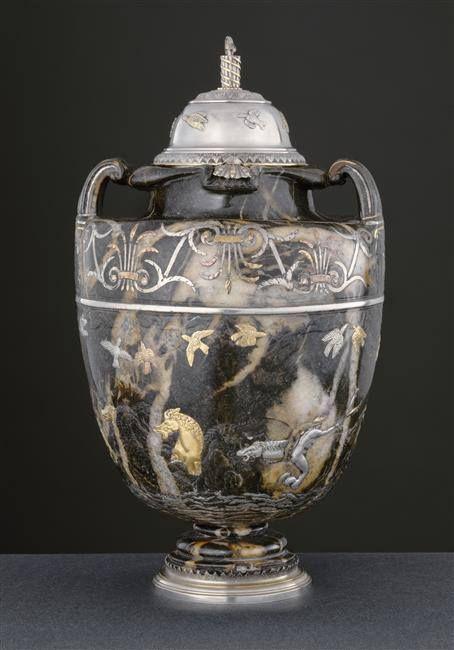 Vase en marbre bréchique (milieu du XVIe siècle, Pau), provenant de la collection d'Henri IV, il fut ensuite acquis par le cardinal Mazarin, avant d'entrer dans la collection de Louis XIV - Monture: Paris, milieu du XVIIe siècle - Paris, Musée du Louvre