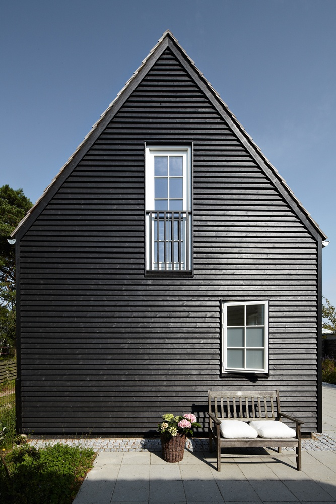 Black siding architecture pinterest for Images of black houses