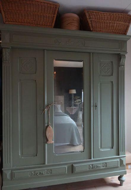 Moonhuis; slaapkamer. Deze staat tegenover het bed, geverfd met Olive van Flamant.