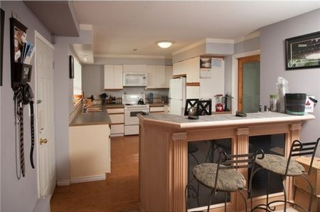 Eating area off the kitchen beautiful kitchen designs for Small kitchen eating area ideas