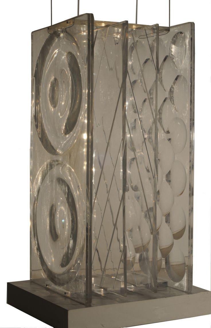 "| Rogelio Polesello | ""Trama diagonal-Lupalente-Prisma"" | 1975 | Talla sobre acrílico | Cuatro partes de 197 x 100 x 5 cm. | Inv. 8056 | http://www.mnba.gob.ar/coleccion/obra/8056 |"