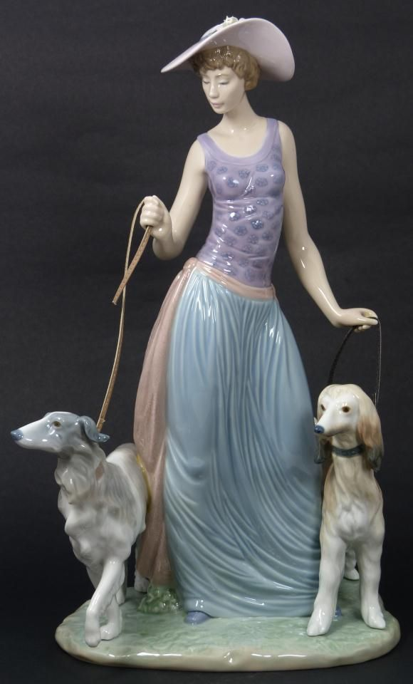 H κυρία με τα σκυλάκια της...