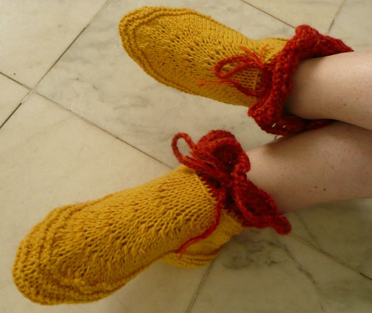 Free Knitting Patterns For Slippers On Pinterest : Pin by mioara chis on Knitting Slippers ,Booties and Socks Pinterest