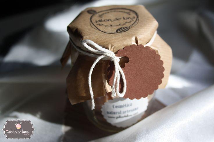 Jabón artesanal en tarros de cristal, viene en trocitos listos para usar. Jabones variados, pueden ser de lavanda, de frutos rojos, de rosas...
