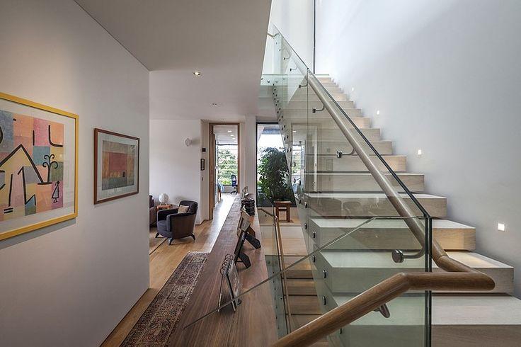 Cầu thang được kết hợp từ gỗ và kính, cho ta cảm giác mạnh mẽ và chắc chắn