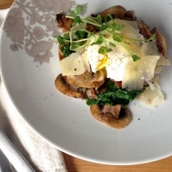 Poached eggs on spinach, (bacon) & mushroom toast with Grizzly Gouda.