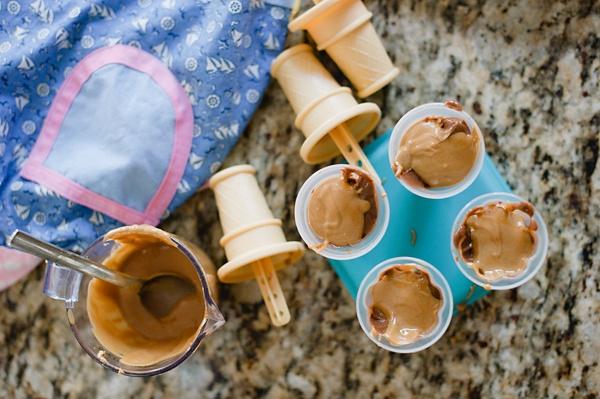 Chocolate-Peanut Butter Swirl Pudding Pops | the creative mama
