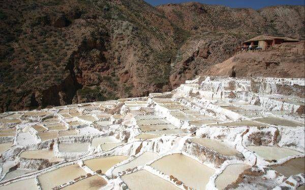 01 - Maras y Moray: la generosidad de la tierra - Este sitio se encuentra cerca del Cusco, en el Perú. A primera vista pareciera una especie de anfiteatro, conformado de varios andenes circulares, situado a 3.500 msnm. Los restos arqueológicos de Moray se encuentran ubicados a 7 kilómetros de Maras, en el Valle Sagrado de los Incas, a 38 km al noroeste del Cusco. Es posible de llegar a Moray a través del camino que parte del pueblo o directamente desde un desvío de la carretera principal.