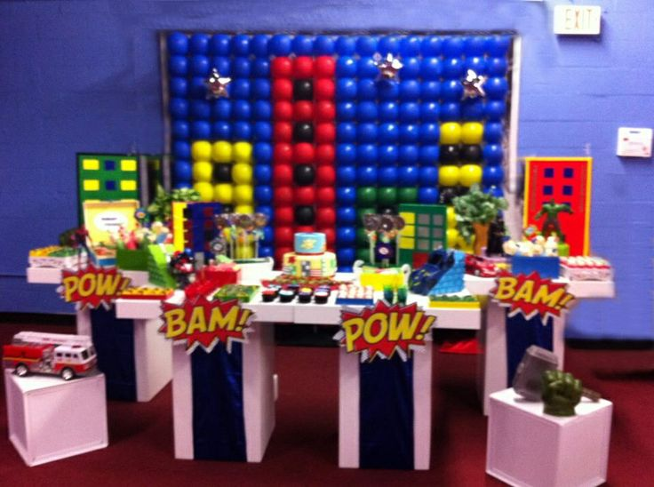 Super hero cake table balloon backdrop from for Decoration chambre super heros
