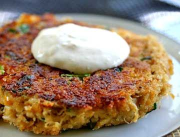 Spicy crab cakes recipe with fresh Dungeness crabmeat, parsley, bread crumbs, egg, lemon jice, Tabasco, Wocestershire sauce, Dijon, paprika, thyme, onion, and bell pepper.  Serve with a horseradish mayo.