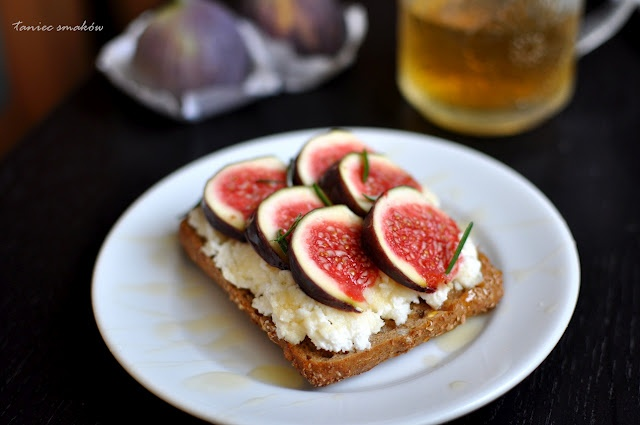 sandwich with ricotta cheese and fresh figs... it's in Polish, but the ...