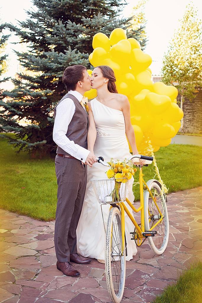 super cute yellow bicycle wedding photo!