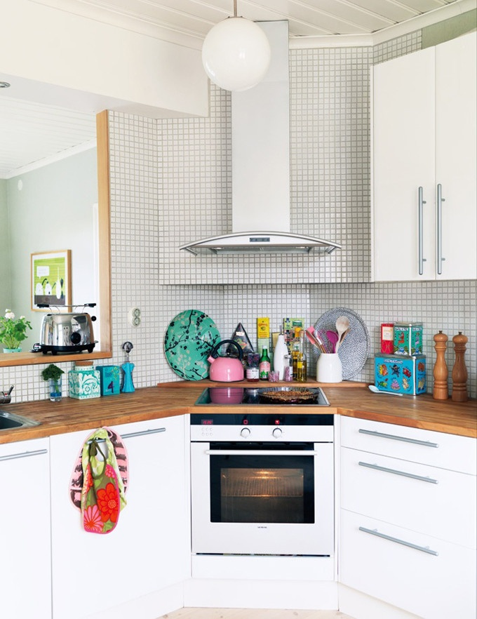 Small kitchen with a corner range small kitchen ideas for Small kitchen displays