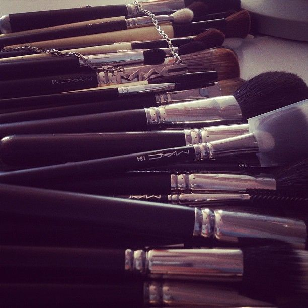 mac brushes. AWWW LOVE.........
