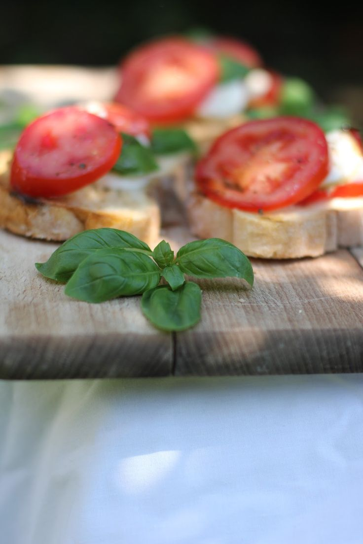 Bruschetta Caprese | The Yummyblogsisters | Pinterest