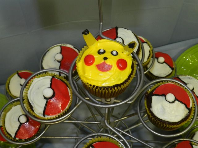 Pikachu and Pokeball cupcakes at a Pokemon Party #pokemon #party