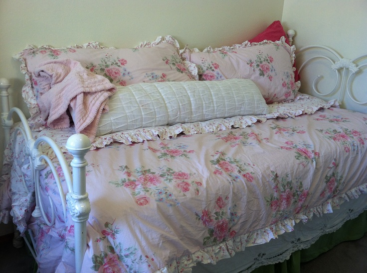 shabby daybed in the house pinterest. Black Bedroom Furniture Sets. Home Design Ideas