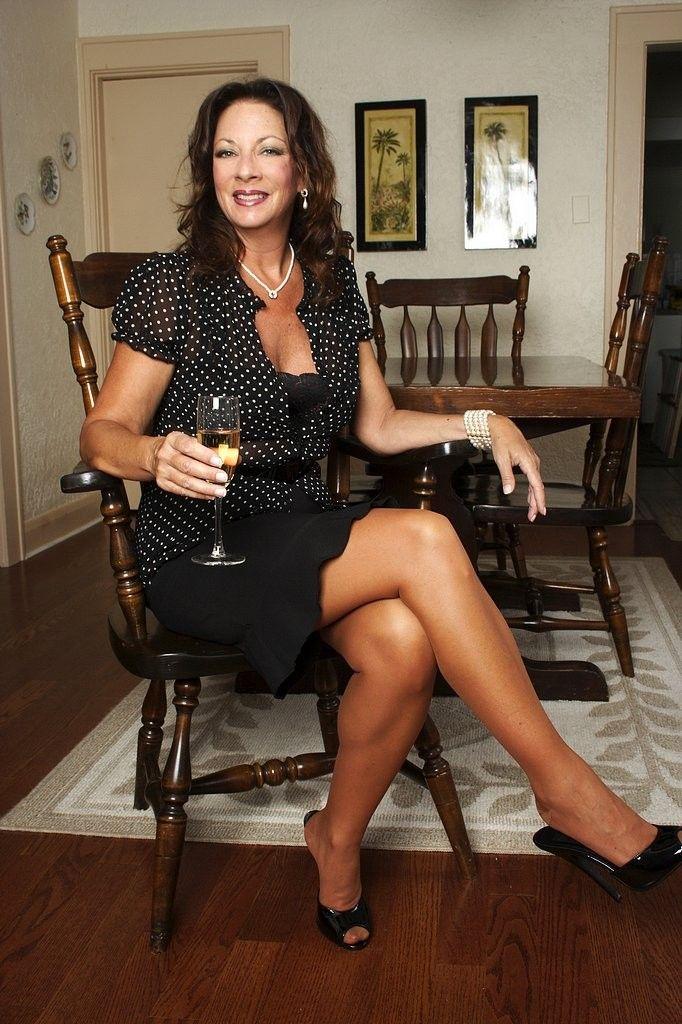 Mature babe with big tits Margo Sullivan undresses her red skirt № 761672 загрузить