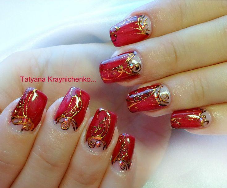 Красный с золотом маникюр с дизайном