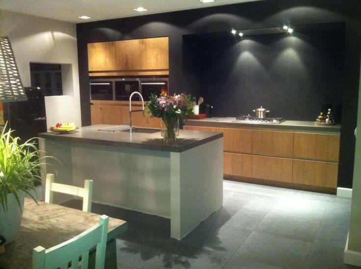 Strakke Keuken Achterwand : Greeploze houtfineer keuken met bouwkundige ombouw in strakke