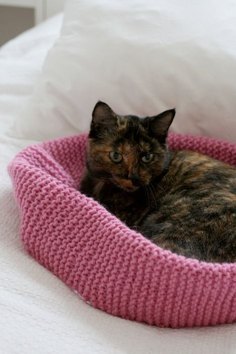 Knitted cat bed from Chez Larrson Knitting Pinterest