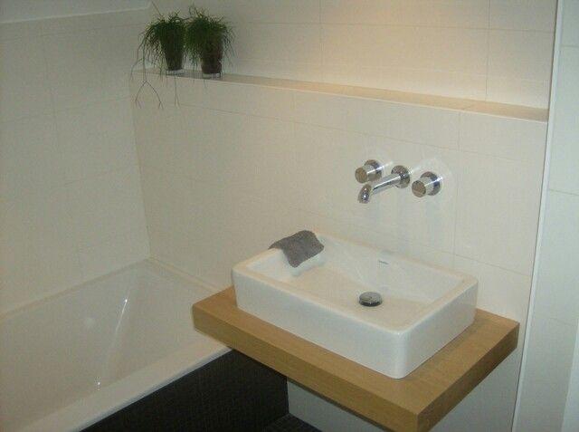 Glaswand Badkamer Op Maat ~ Matte witte tegels voor badkamermuur gecombineerd met zwarte vloer