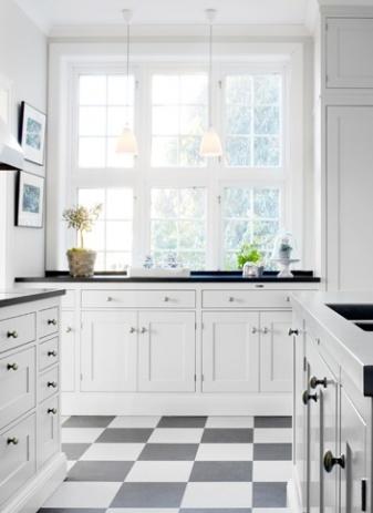 white kitchen//black/white tiles..