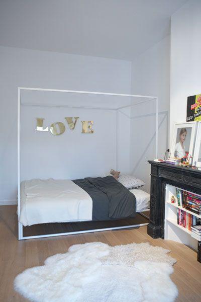 Chambre avec lit en armature m tallique blanche sol plancher naturel peau - Peau de bete devant la cheminee ...
