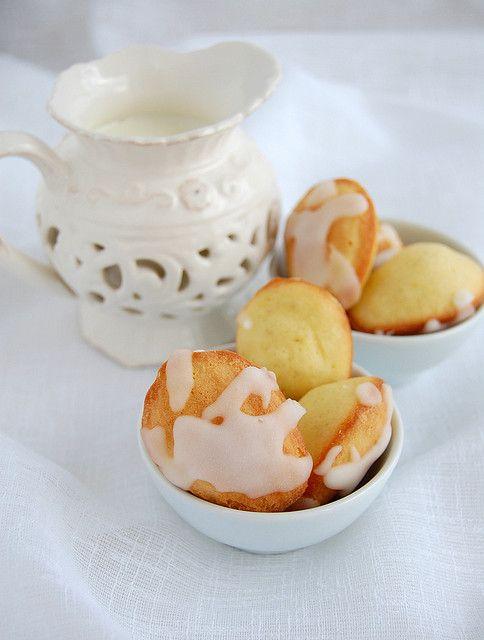 ... Lemon glazed madeleines / Madeleines de limão siciliano com casquinha